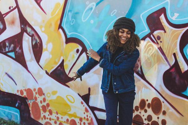 Chica en mural